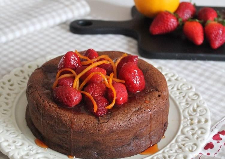 Torta al cioccolato con fragole e arance caramellate