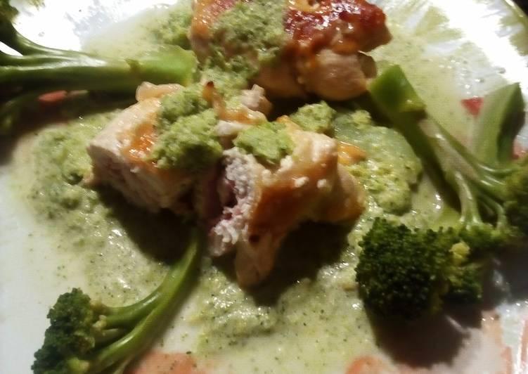 Involtini di petto di pollo con scamorza, e prosciutto crudo, su crema di broccoli, e broccoli al dente