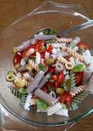 Insalata di pasta mista fredda con verdure. Glutenfree