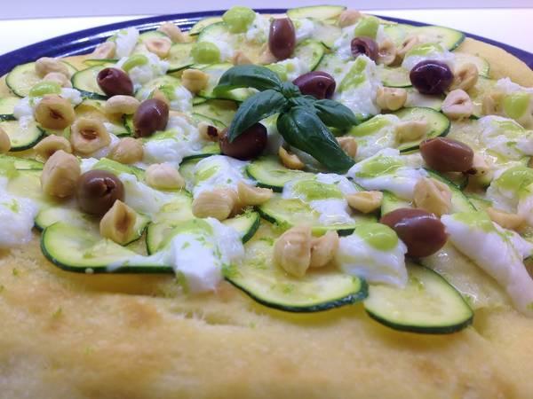 Focaccia con julienne di zucchine, mozzarella di bufala, nocciole tostate e bottarga