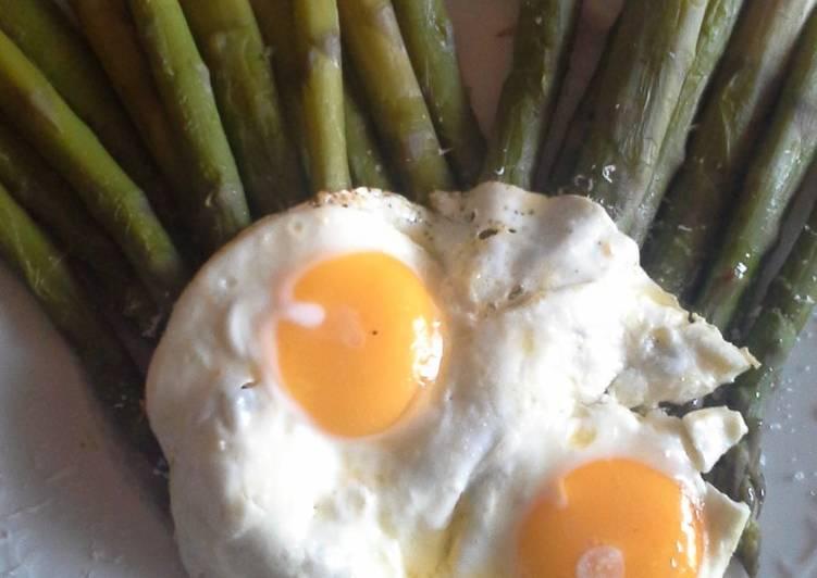 Asparagi con uova all'occhio