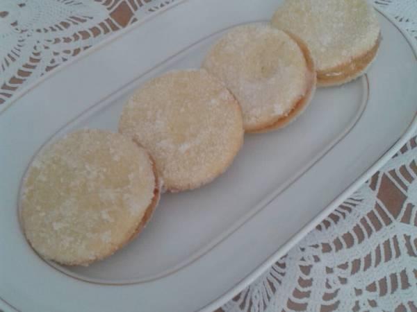 Biscotti di frolla con crema al limone e bagnati con limoncino