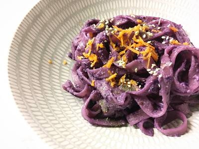 Tagliatelle viola con senape ed erbe aromatiche