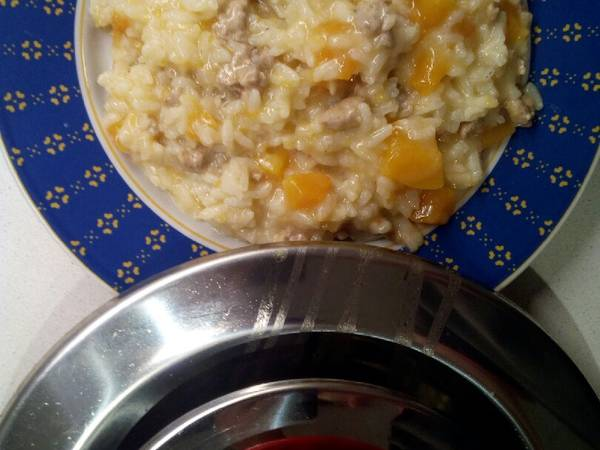 Risotto con zucca e salsiccia con il coperchio Magik cooker
