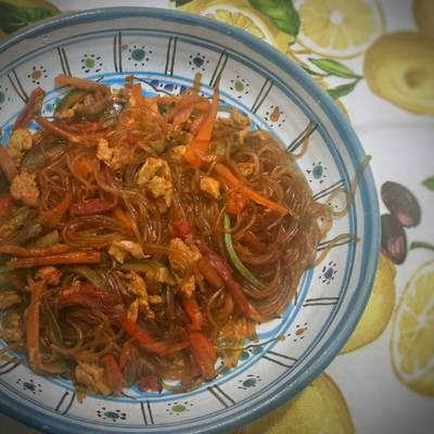 Spaghetti di soia alle verdure e uovo