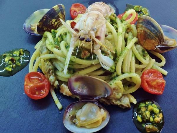 Spaghetti con canocchie, veraci, pesto diverso e pachino confit