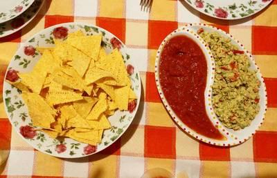 Guacamole e salsa piccante con nachos