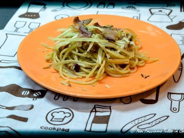 Spaghetti con porri e pancetta croccante
