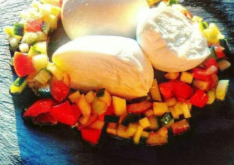 Mozzarella di bufala campana con verdurine di stagione croccanti