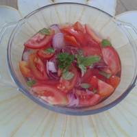 Lila hagymás paradicsom saláta