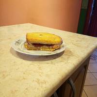 Sajtos, szalámis bundás kenyér