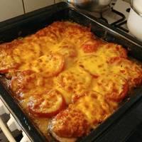 Újhagymával, sajttal, paradicsommal rakott csirkemell