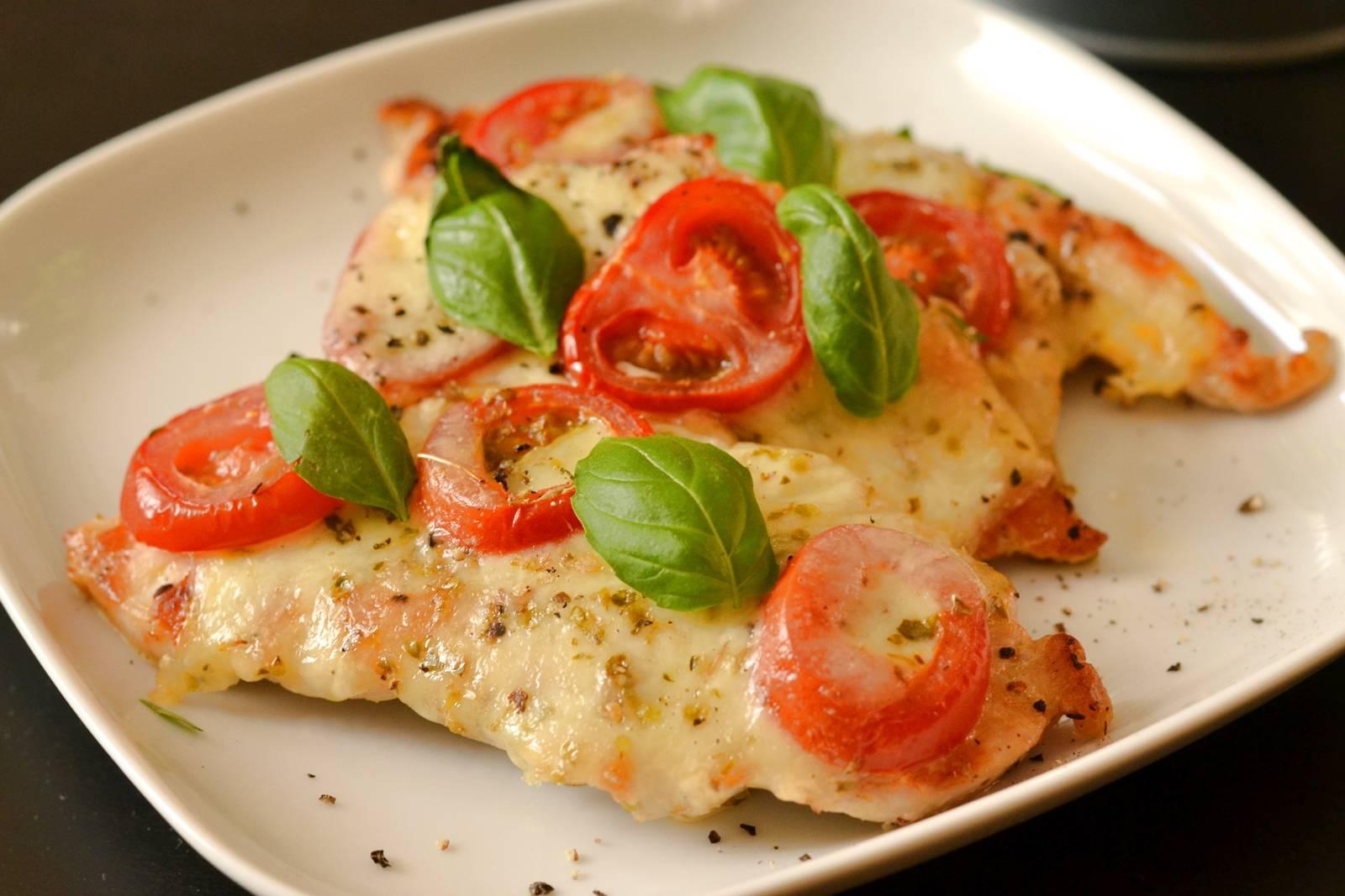 Mozzarellás paradicsomos (caprese) csirkemell recept főfotó