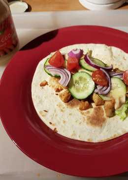 Zöldséges tortilla csirkemellkockákkal, és ráksaláta öntettel