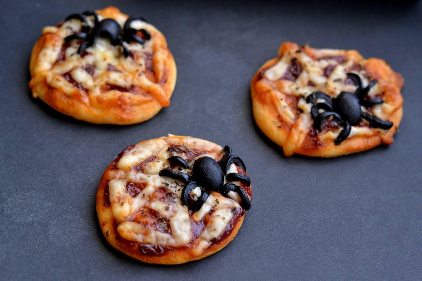 Halloween pókpizza recept főfotó