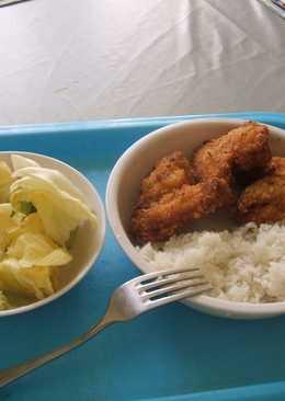 Rántott csirkeszárny rizzsel, salátával