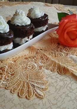 Csokis-túrós tortácskák, tejszínnel