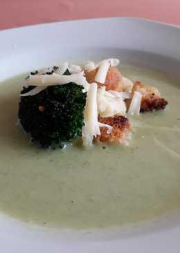 Mascarpone-s brokkolikrémleves krutonnal és sajtforgáccsal