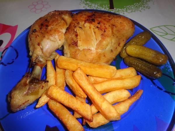Sült csirkecomb, sült krumplival és uborkával