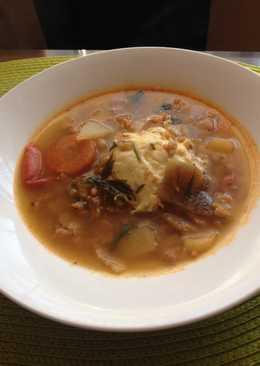 Pirított reszelt tészta leves, tojással és tepertőbőrrel