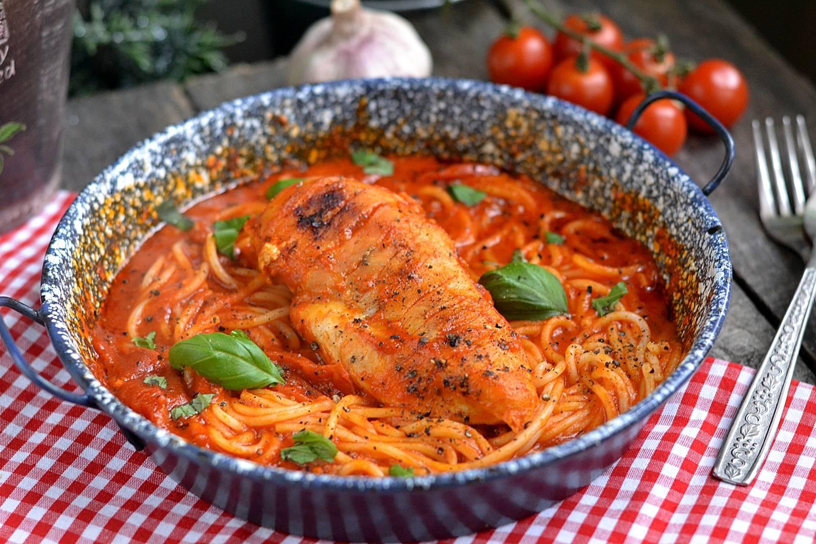 Bazsalikomos-paradicsomos spagetti csirkemellel recept főfotó