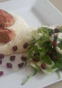 Keleti csirkegombócok polentával és gránátalmás salátával