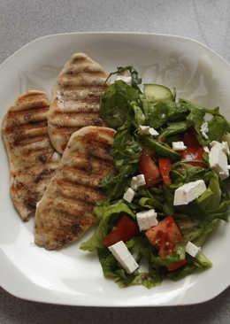 Grillezett csirke salátával és krémfehér sajttal