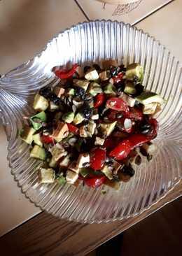 Fergeteges avokádó saláta