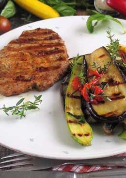 Grillezett tarja grillezett zöldség salátával