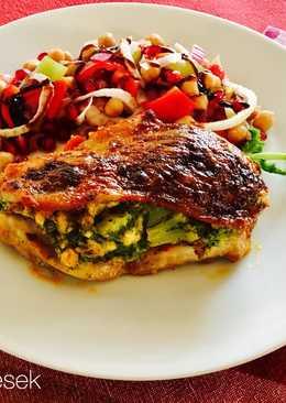 Filézett csirkecomb brokkolival töltve, Gránátalmás-csicseriborsó salátával
