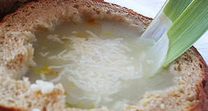 Francia hagymaleves recept (Soupe á l'oignon gratiné)