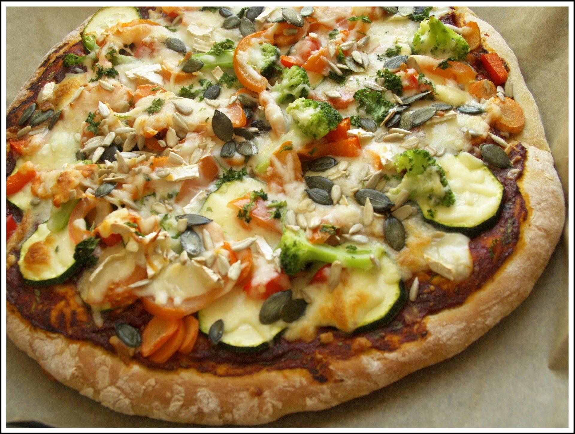 Zöldséges szalámis pizza recept főfotó