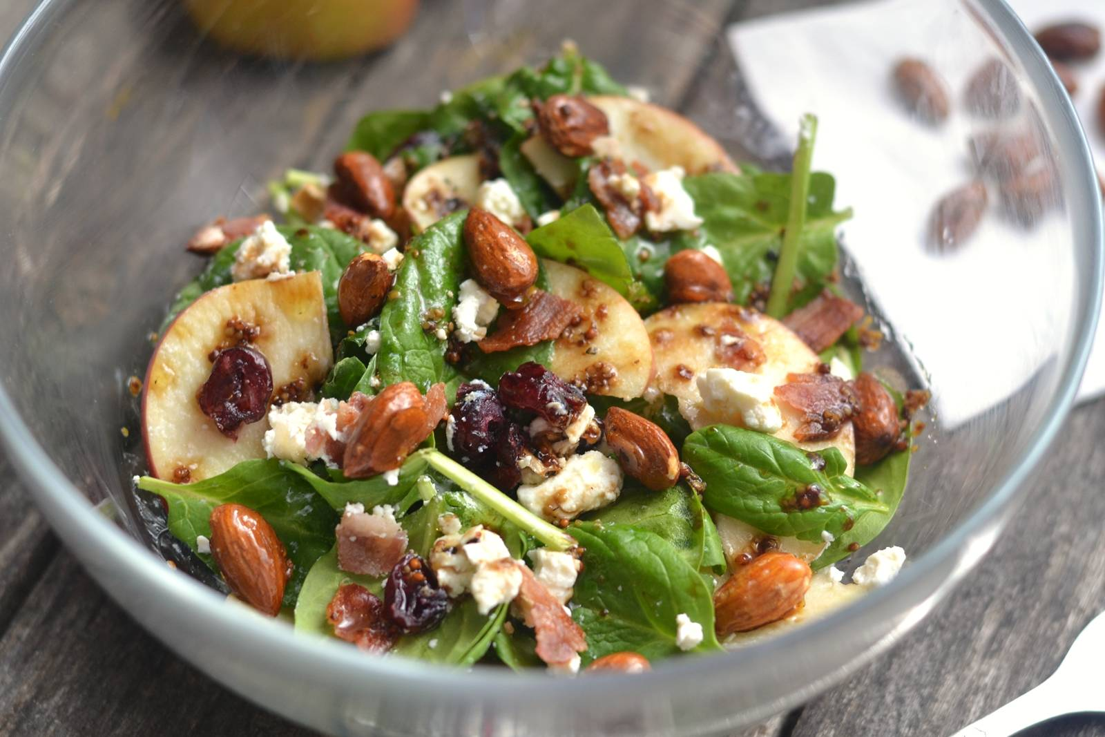 Spenótos almás baconos saláta recept karamellizált mandulával főfotó