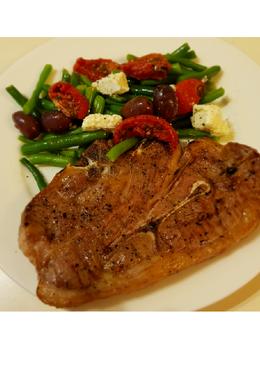 BBQ bárány szelet friss zöldbab salátával
