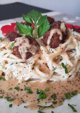 Mustáros húsgolyók borsmártással, sajtszószos spagettiágyon