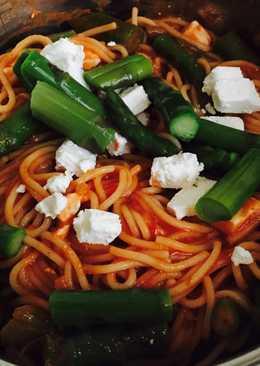 Spárgás-paradicsomszószos spagetti feta sajttal