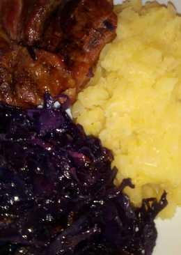 Párolt lila káposzta, hagymás tört krumpli, sült tarja