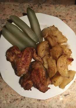 Fűszeres csirkeszárny tepsis krumplival és kovászos uborkával
