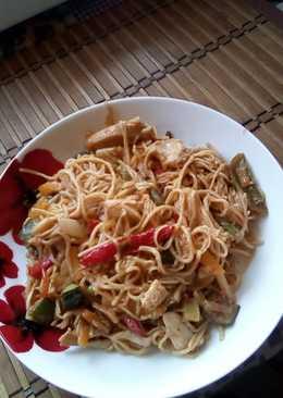 Kínai tészta párolt zöldségekkel és csirkemellel