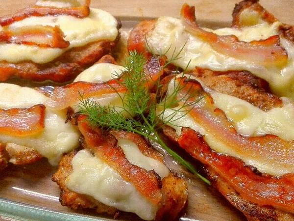 Mustáros csirkemell, szalonnás, sajt köntösben