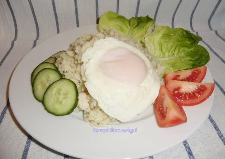 Csirkehúsos sült rizs tükörtojással