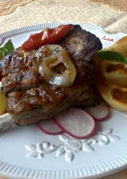 Sült sertés oldalas vöröshagymás-paradicsomos ágyon vele sült burgonyával