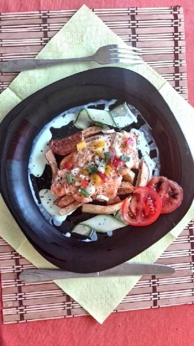 Sajtos csirkemell marinált zöldségekkel és sült burgonyával #val