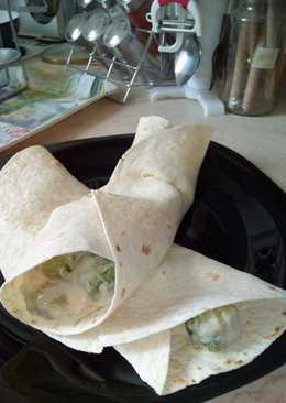 Tortilla kelbimbóval, sajttal, sonkával és medvehagymával töltve