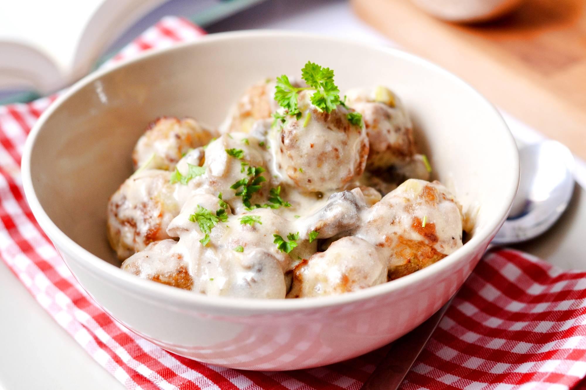 Húsgolyók gombás-fehérboros szósszal recept főfotó