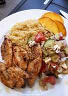 Roston csirkemell bulgurral és görög salátával