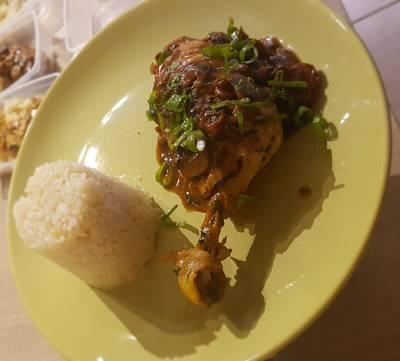 Fehérbor, parmezán, rizstejszín és gombamártásban főtt csirke