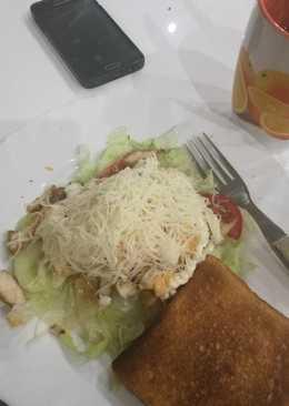 Gyros fűszerezett csirkemellcsíkok, salátaágyon pirítóssal