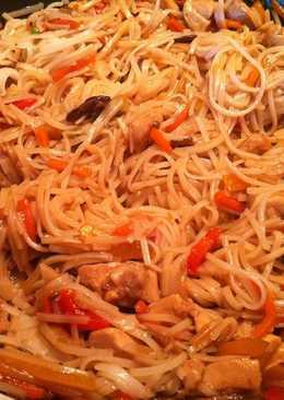 Thai zöldséges csirke teriyaki szósszal és rizstésztával - wokban