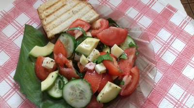 Medvehagymás avokádó saláta